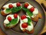 Брускетты с моцареллой и помидорами. Пошаговый фоторецепт.