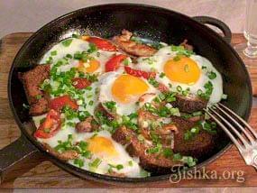 Яичница со свининой и черным хлебом. Пошаговый фоторецепт.